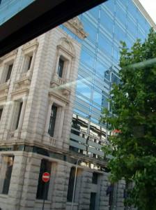 馬車通りのビル。建て替え時に旧建造物の外壁を保存してビルを建てている。