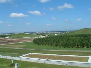 ピラミッド館の屋上から見た風景。 右手はプレイマウンテン、 正面にテトラマウンドとミュージックシェルが見える。